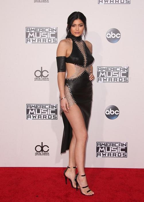 Светская львица и звезда реалити-шоу Кайли Дженнер пришла на дорожку в кожаном платье с металлическими вставками.