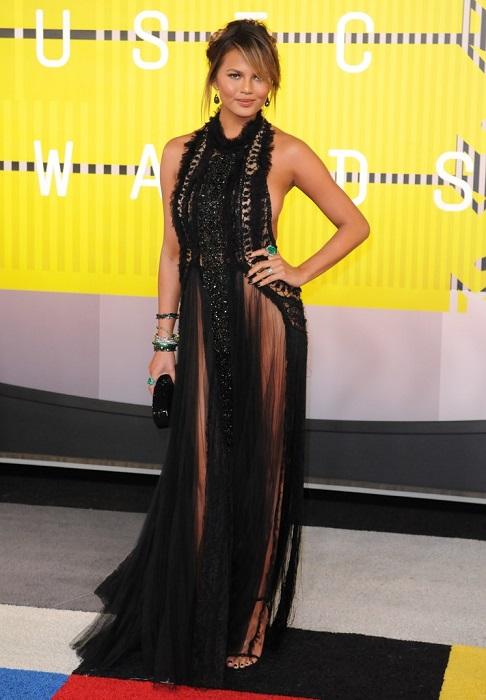 29-летняя модель и ТВ-знаменитость Крисси Тейген позировала в кружевном платье из прозрачной ткани, которое не предусматривает ношение белья.