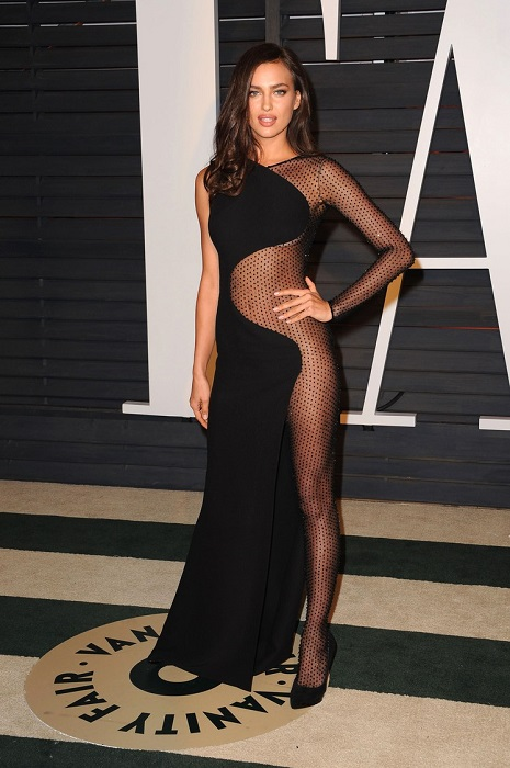 Российская модель на вечеринке Vanity Fair в честь Оскар 2015 поразила всех присутствовавших откровенным платьем Atelier Versace.