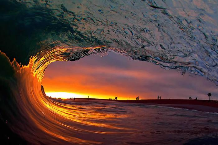Удивительные отблески света и солнца в воде.