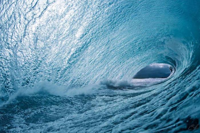 Фото из-под гребня волны.
