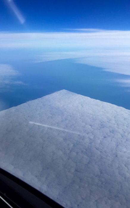 Фотографія квадратних хмар зроблена з ілюмінатора літака.