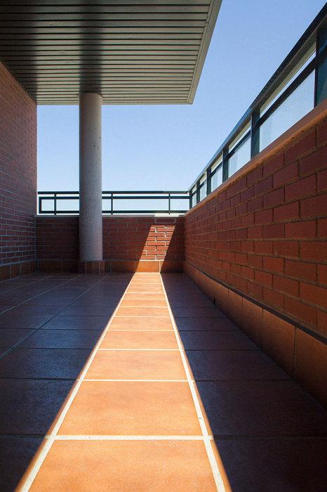 Гра сонячних променів через скло і тіні балкона.