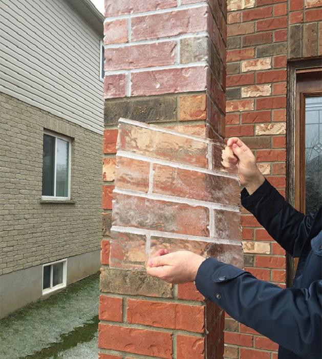 Забавна скоринка льоду утворилася на фасаді будівлі в формі цегли.