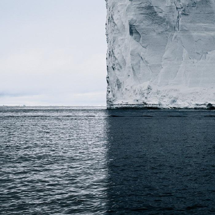 Айсберг, океан, небо і тінь ділять світ на чотири рівних квадрата.