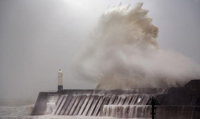 Вот так выглядит береговой маяк во время шторма с другой стороны.