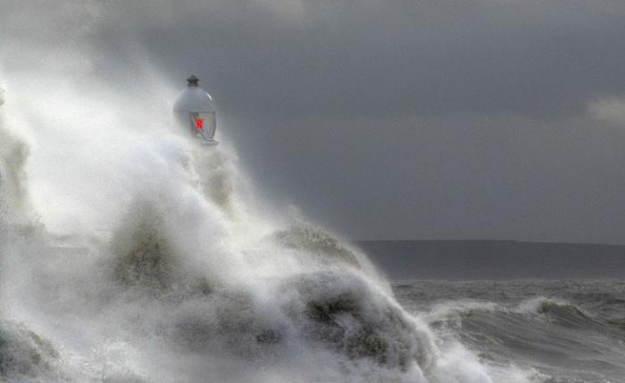 Небольшой маяк практически полностью накрыли штормовые волны с Бристольского залива.
