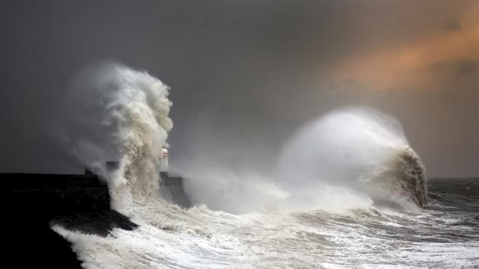 Фотографу удалось заснять момент возникновения двух волн – набегающей и уже разбившейся о маяк.