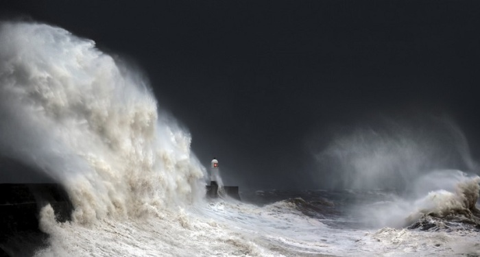 Качественно снять панораму маяка во время океанского шторма – совсем непростое дело.