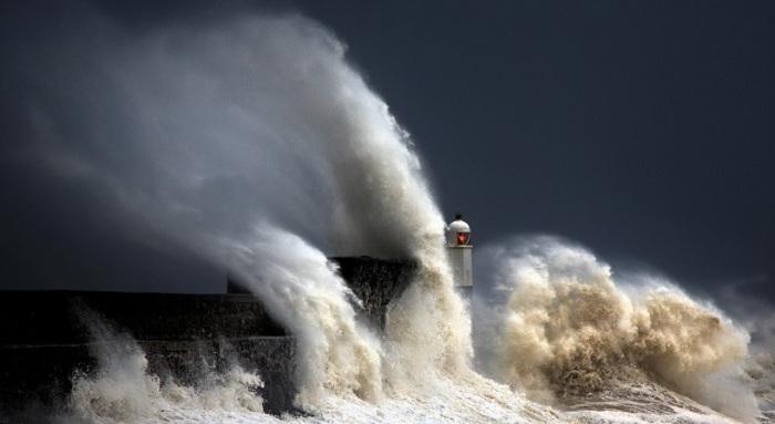 Шторм был настолько сильным, что волны подняли песок с океанского дна, тем самым изменив свой оттенок.