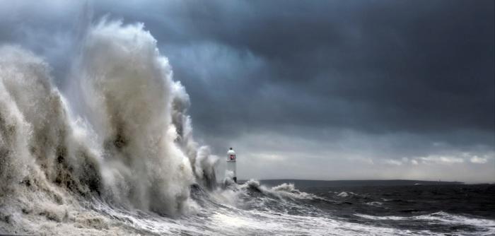 Береговой маяк во время шторма «Имоджен», подошедшего к самым берегам Великобритании в 2016 году.