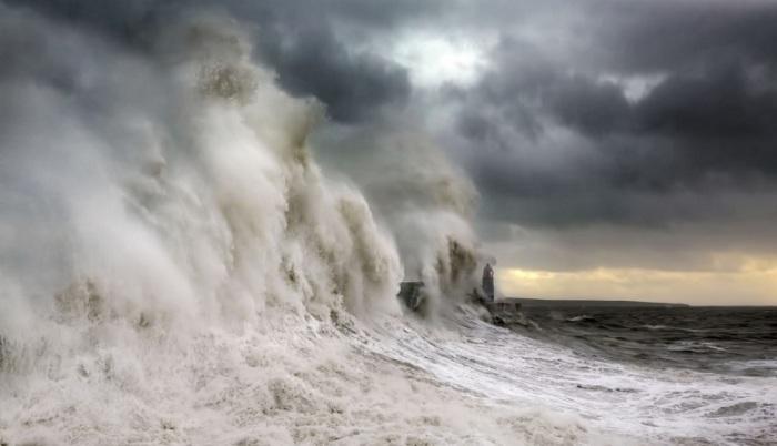 На протяжении многих лет маяк в Портколе выдерживает натиск штормовых океанских волн.
