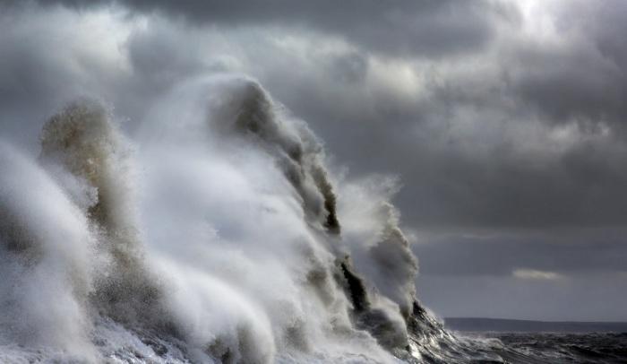 Из-за наклонной конструкции сооружения волны во время штормов взлетают на невероятную высоту.