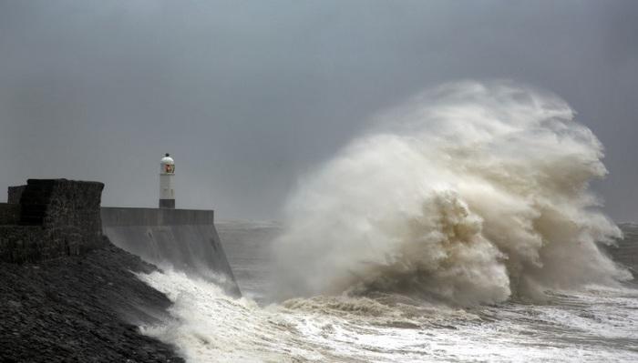 Съемки штормовых волн очень опасны, потому что фотографу постоянно приходиться следить за собственной безопасностью.