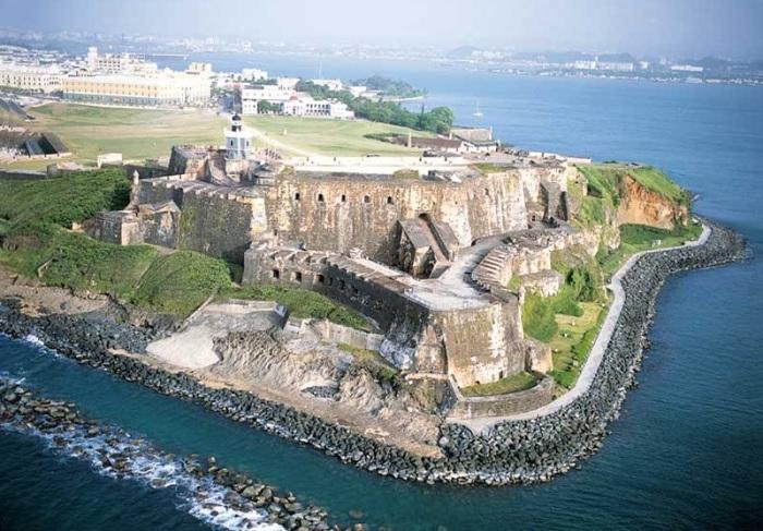Официальная резиденция губернатора Пуэрто-Рико, построенная между 1533 и 1540 годами для защиты гавани Сан-Хуан.