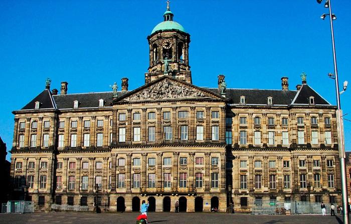 Дворец, построенный в 17 веке, стал королевской резиденцией Луи Наполеона, а затем и голландского королевского дома.
