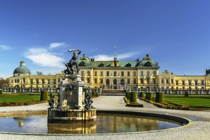 Дворец построен в конце 16 века недалеко от Стокгольма, является частной и официальной резиденцией шведской королевской семьи.