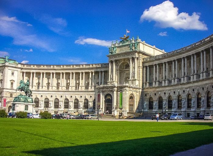 Расположенный в Вене замок является официальной резиденцией президента Австрии.