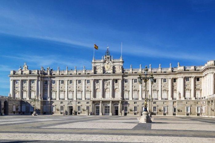 Самый большой королевский дворец Европы и одна из главных достопримечательностей Мадрида.