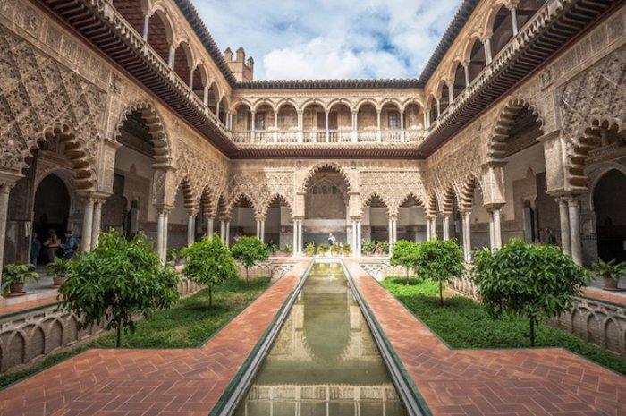 Королевский Алькасар в Севилье является временной резиденцией королевы Испании и считается одним из старейших дворцов мира.