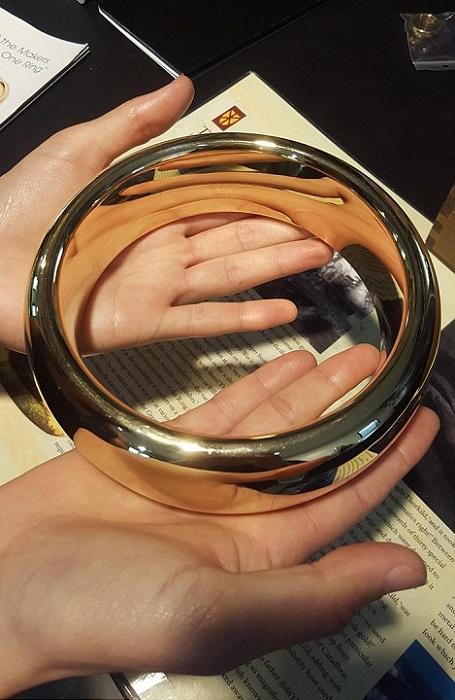 Для съемок фильма «Властелин колец: Братство кольца» было создано специальное кольцо весом в 3 килограмма и диаметров 15 сантиметров.