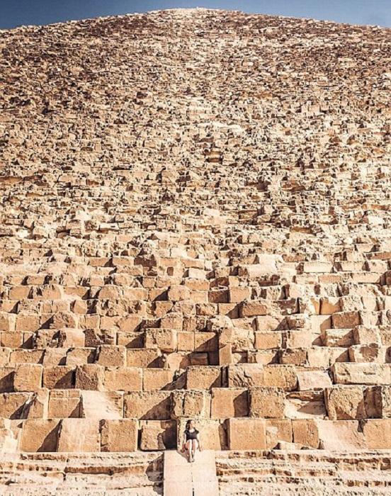 Удивительно, как такие маленькие люди смогли построить столь гигантское сооружение как великие пирамиды в Гизе!