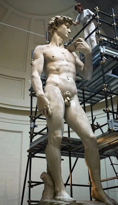 Высота мраморной статуи «Давида», созданная из цельного куска мрамора знаменитым Микеланджело, составляет 5,17 метров.