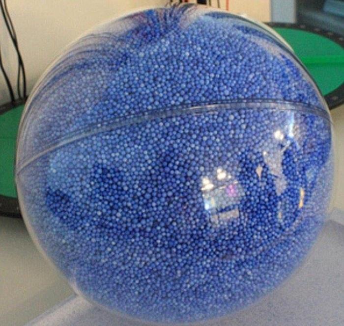 Чтобы понять размер Солнца, достаточно представить что оно – прозрачный шар, а один из голубых шариков – наша Земля.