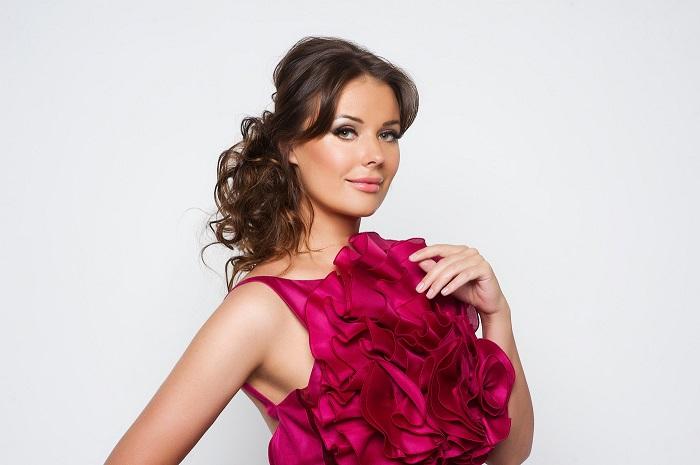Победительница конкурсов красоты и известная ведущая со своим мужем расписалась втайне и старается не афишировать свою личную жизнь.