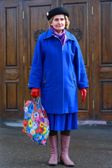 Не разрешает называть себя бабушкой, а только женщиной преклонных лет.