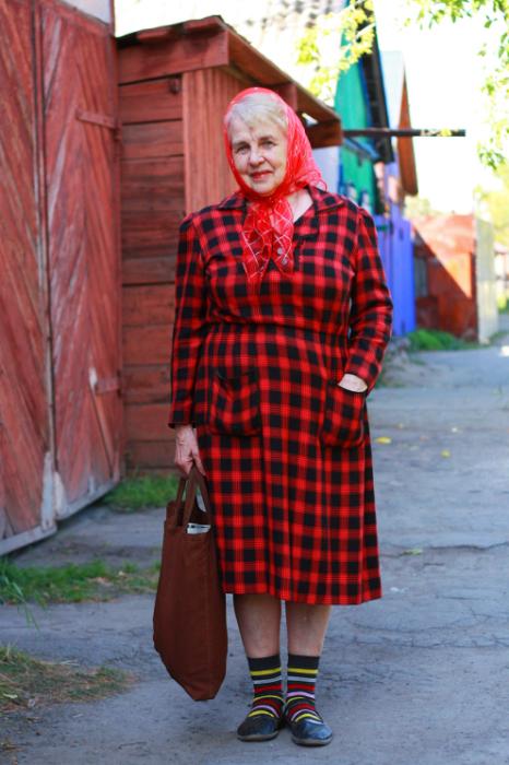 Даже на пенсии предпочитает носить яркие наряды.