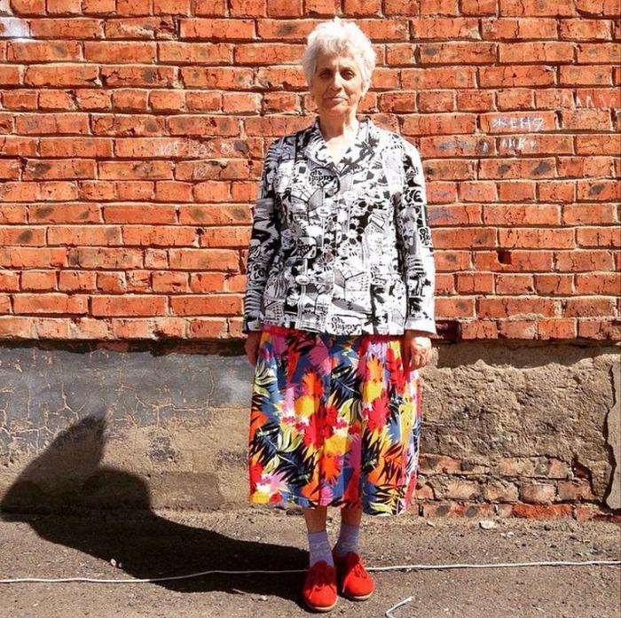 Каждый человек имеет своё чувство вкуса, вот и эта бабуля подобрала свой, особенный стиль.