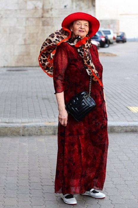 Смелая и независимая дама в животрепещущем наряде женщины-вамп.