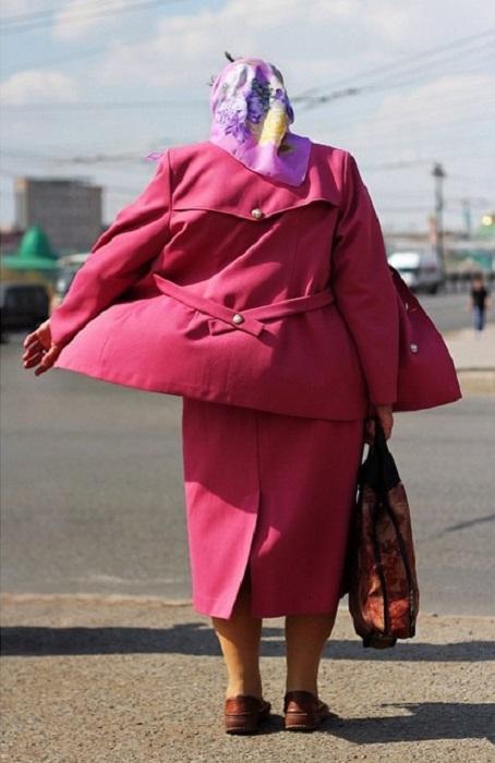 Классический женский костюм дополняет сумка и платочек на голове.