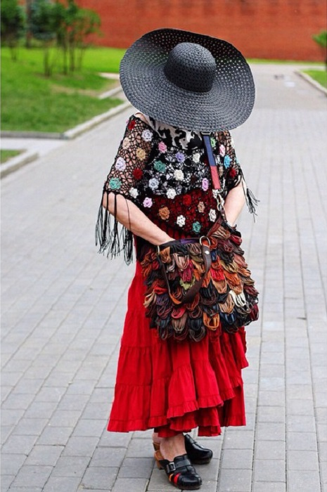 Дама в шляпе - загадочный образ в городской суете.