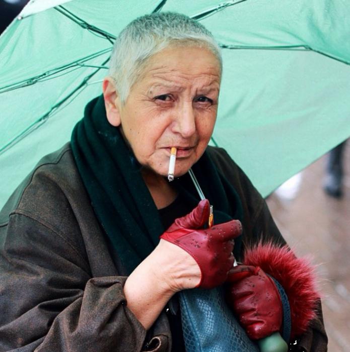 Волевая женщина по жизни, даже в зрелом возрасте не смогла отказаться от своего стиля.
