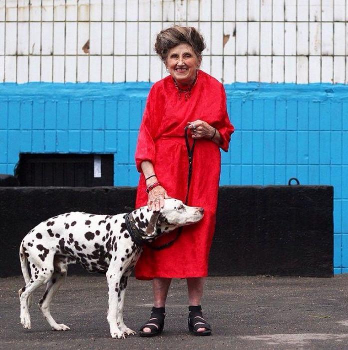 Лучезарная и дружелюбная старушка очень любит быть красивой даже на прогулке с домашним любимцем.