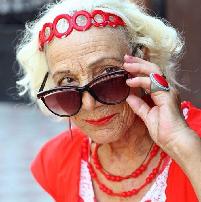 Красный всегда на гребни модной волны, а стильные аксессуары делают образ по максимуму завершенным.