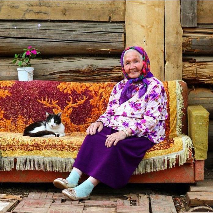 Красавицей на всю деревню бабушка была не только в юности, она и сейчас старается сочетать модные палитры.