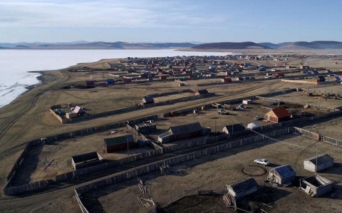 Вид на село Цагааннуур в северной Монголии.