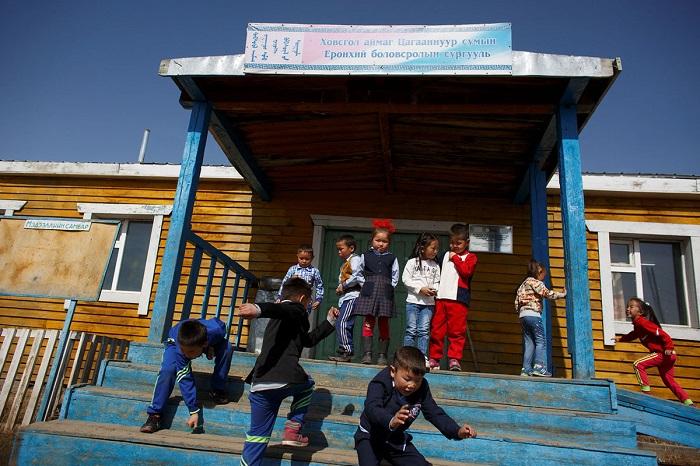 Ученики выходят на прогулку после уроков.