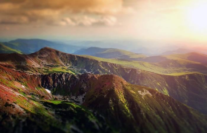 Горы простираются на тысячи километров.