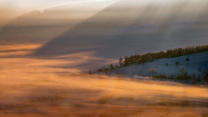 Прозрачное, белое покрывало закрывает горы и равнины Румынии.