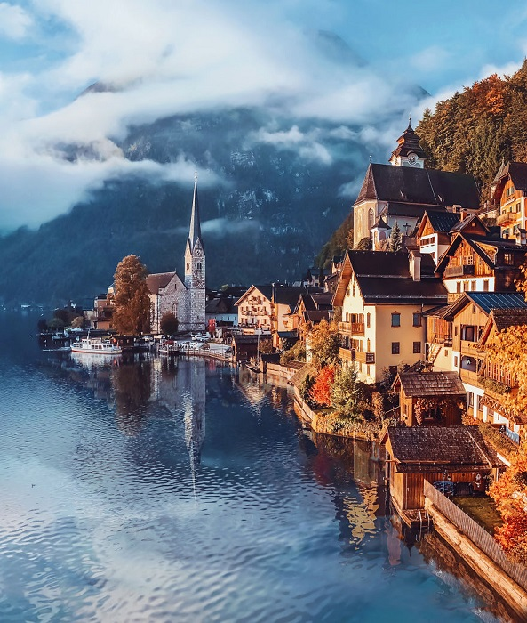 Сказочная осень в маленьком городке, расположенном между величественной горой и живописным озером.
