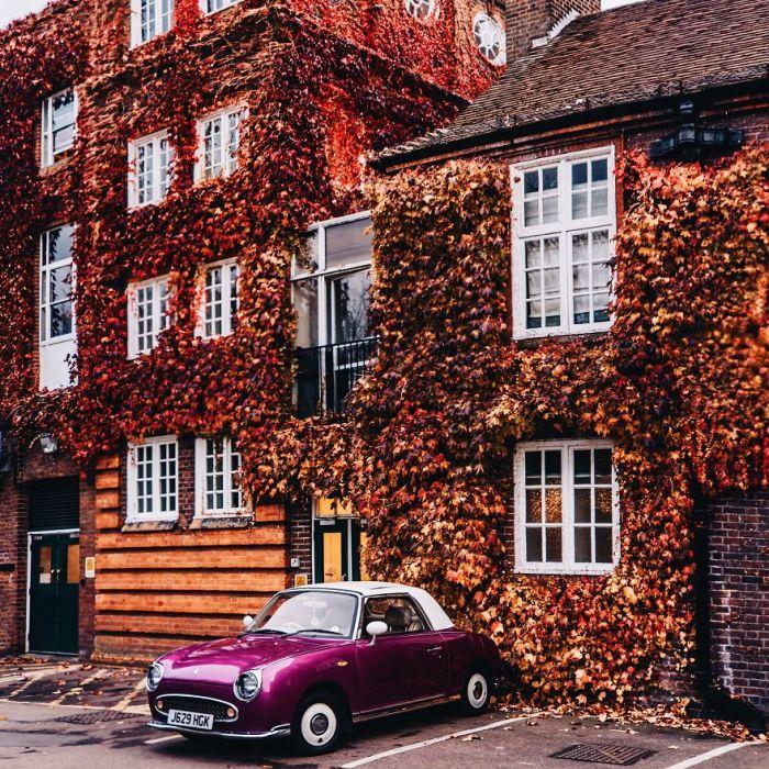 Осенний Риджентс-Парк колледж и яркий Ниссан Фигаро.