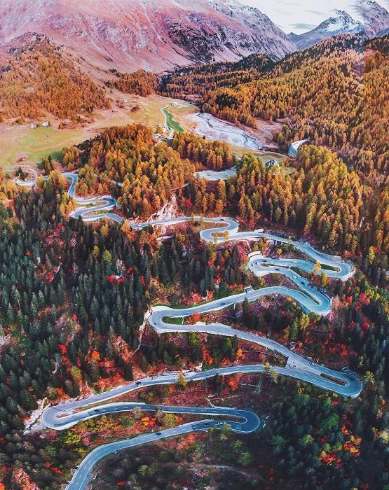Так выглядит одна из самых красивых высокогорных дорог страны осенью на закате дня.