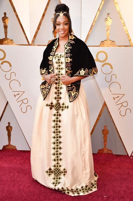 Комедийная актриса выбрала роскошное платье с этническими мотивами.