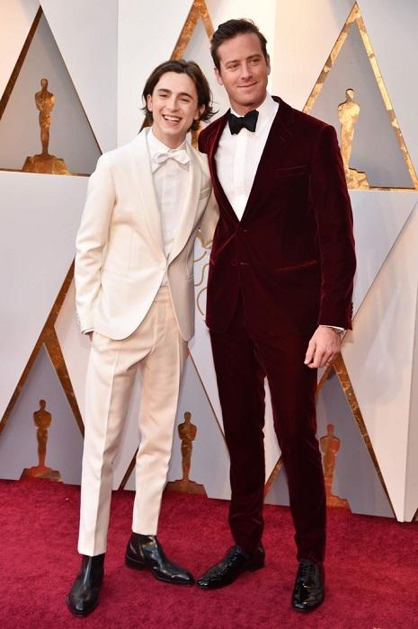 Актеры выбрали элегантные костюмы-двойки – кремовый с белой бабочкой и бархатный богатого винного цвета.