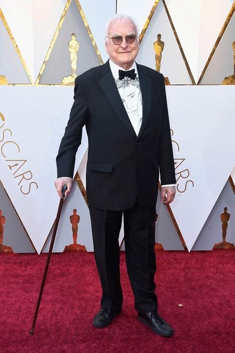 Продюсер и сценарист предпочел строгий черный костюм-двойку и белую рубашку с принтом.