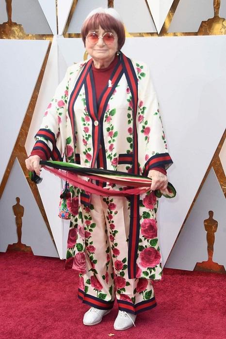 Довольно необычный шелковый наряд от Gucci для красной дорожки подобрала французский режиссер и продюсер.